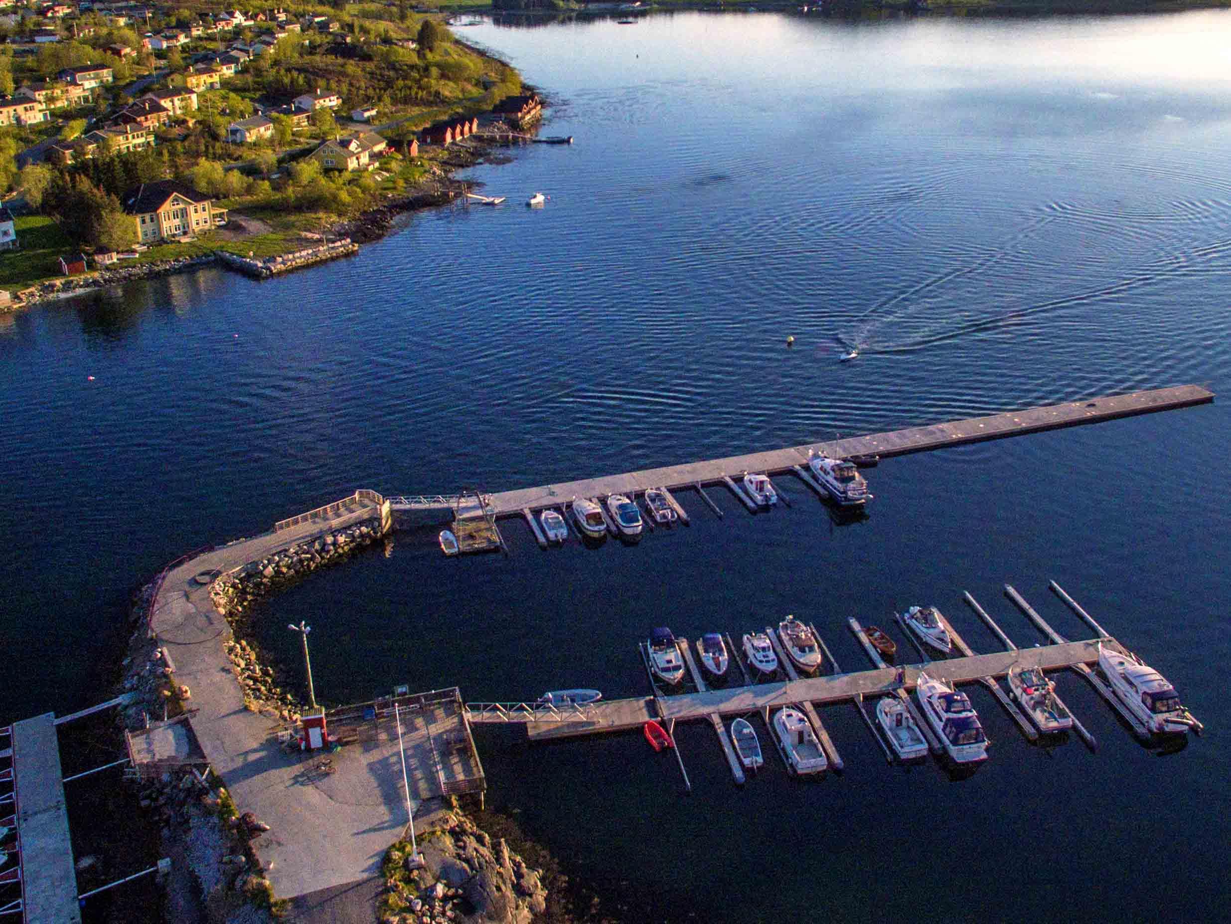 Helgelandsbrygge på vannet ved Berg marina i Sømna